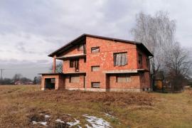 Opuszczony dom w stanie surowym