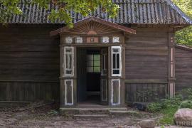 Opuszczona nawiedzona leśniczówka z horroru w środku lasu