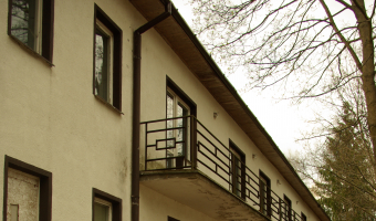 Opuszczony dom pomocy społecznej oraz dworek,