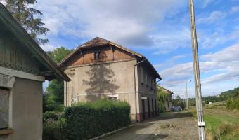 Częściowo opuszczona stacja kolejowa w Dobrej koło Limanowej,