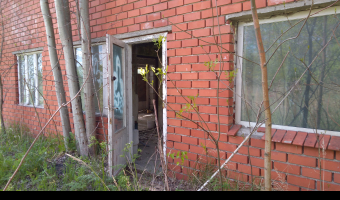 Opuszczony dom z garażami,